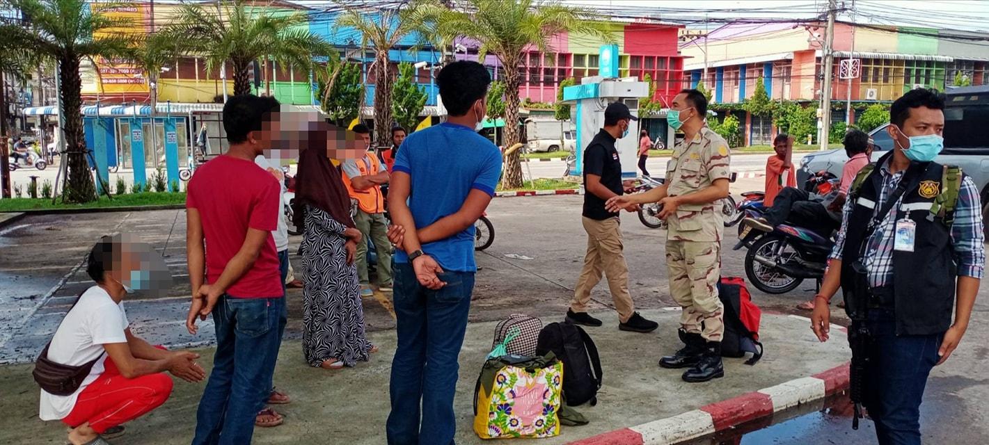 จนท.ควบคุมตัวคนไทยลักลอบเดินทางจากประเทศมาเลเซียเข้าประเทศไทยที่สถานีรถไฟสุไหงโก-ลก