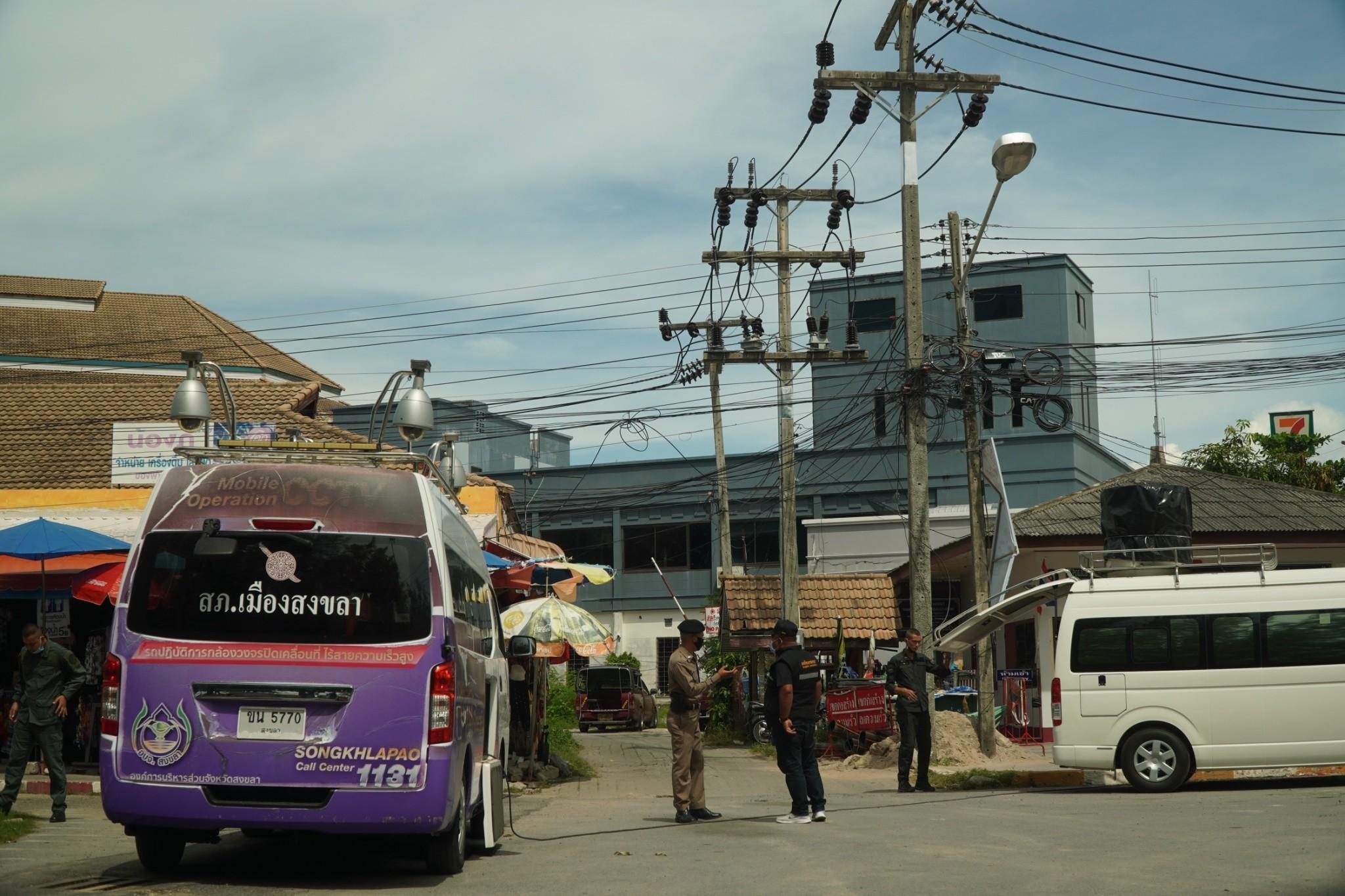 จ.สงขลา เยาวชนรวมตัวแสดงสัญลักษณ์ #สงขลาไม่เอาTOO บริเวณศาลาไทย รูปปั้นนางเงือก ริมชายหาดสมิหลา