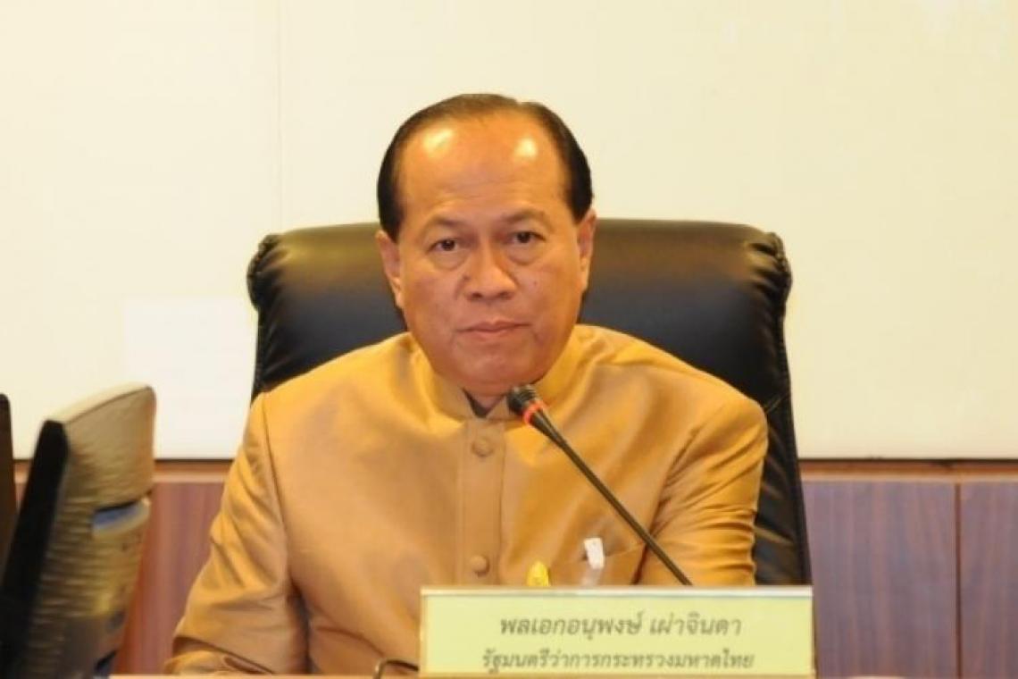 พลเอก อนุพงษ์ เผ่าจินดา รัฐมนตรีว่าการกระทรวงมหาดไทย เปิดเผยว่า ตามที่ได้มีการประกาศใช้พระราชกำหนดให้อำนาจกระทรวงการคลังกู้เงินเพื่อแก้ไขปัญหา เยียวยาและฟื้นฟูเศรษฐกิจและสังคมที่ได้รับผลกระทบจากสถานการณ์การระบาดของโรคติดเชื้อไวรัสโคโรนา 2019 พ.ศ. 2563 เพื่อแก้ไขปัญหา เยียวยาและฟื้นฟูเศรษฐกิจและสังคม โดยให้หน่วยงานเสนอโครงการผ่านคณะกรรมการกลั่นกรองการใช้จ่ายเงินกู้เพื่อเสนอคณะรัฐมนตรีให้ความเห็นชอบนั้น ซึ่งกระทรวงมหาดไทยได้รับอนุมัติจากคณะรัฐมนตรีเมื่อวันที่ 21 กรกฎาคมที่ผ่านมา จำนวน 2 โครงการ ภายใต้แผนงานส่งเสริมและกระตุ้นการบริโภคภาคครัวเรือน ได้แก่   โครงการอาสาสมัครบริบาลท้องถิ่นเพื่อดูแลผู้สูงอายุที่มีภาวะพึ่งพิง วงเงินไม่เกิน 1,080.59 ล้านบาท โดยกรมส่งเสริมการปกครองท้องถิ่น ดำเนินการจ้างงานเพื่อปฏิบัติงานเป็นอาสาสมัครบริบาลท้องถิ่น ระยะเวลา 12 เดือน รวม 15,548 คน อัตราเดือนละ 5,000 บาท โดยดำเนินการตั้งแต่เดือนกรกฎาคม 2563 – กันยายน 2564 ซึ่งจะทำให้เกิดการส่งเสริมให้เกิดการจ้างงานประชาชนในพื้นที่ที่ได้รับผลกระทบจากสถานการณ์การแพร่ระบาดของโรคโควิด-19 เป็นการกระจายรายได้ให้ประชาชน และเกิดนักบริบาลที่เป็นอาชีพใหม่ในท้องถิ่น ซึ่งในระยะยาวจะเป็นอาชีพที่มีศักยภาพในการสร้างรายได้ให้แก่ประชาชน   โครงการพัฒนาตำบลแบบบูรณาการ (Tambon Smart Team) วงเงินไม่เกิน 2,701.87 ล้านบาท โดยกรมการปกครอง ดำเนินการจ้างงานเพื่อปฏิบัติงานเก็บข้อมูลรายเดือน จำนวน 12 เดือน จำนวน 7,255 ตำบลๆ ละ 2 คน รวม 14,510 คน อัตราเดือนละ 15,000 บาท ดำเนินการตั้งแต่เดือนสิงหาคม 2563 - กันยายน 2564 ซึ่งจะทำให้เกิดการส่งเสริมและกระตุ้นการบริโภคภาคครัวเรือน เกิดการจ้างงานในทุกตำบล อำเภอทั่วประเทศ และจะเกิดการจัดทำฐานข้อมูลแบบบูรณาการ (Database) ที่มีประสิทธิภาพสำหรับการวางแผนพัฒนาพื้นที่ในทุกระดับ  รัฐมนตรีว่าการกระทรวงมหาดไทย กล่าวอีกว่า กระทรวงมหาดไทยพร้อมที่จะช่วยเหลือและบรรเทาความเดือดร้อนของประชาชน ด้วยการจ้างงานเพื่อกระตุ้นและขับเคลื่อนเศรษฐกิจภาคครัวเรือนและชุมชนไปพร้อมกับการดำเนินชีวิตวิถีใหม่ (New Normal) เพื่อที่จะให้ประชาชนที่ได้รับความเดือดร้อนและผลกระทบจากสถานการณ์การแพร่ระบาดของโรคโควิด-19 ได้มีอาชีพ มีรายได้และได้เน้นย้ำให้ทุกหน่วยงานดำเนินโครงการด้วยความโปร่งใส ให้ประชาชนได้รับประโยชน์จากงบป