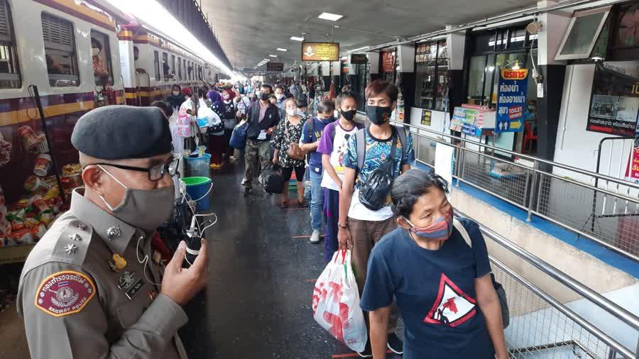 บรรยากาศที่สถานีรถไฟชุมทางหาดใหญ่ ผู้โดยสารเดินทางหนาแน่นจากวันหยุดยาว