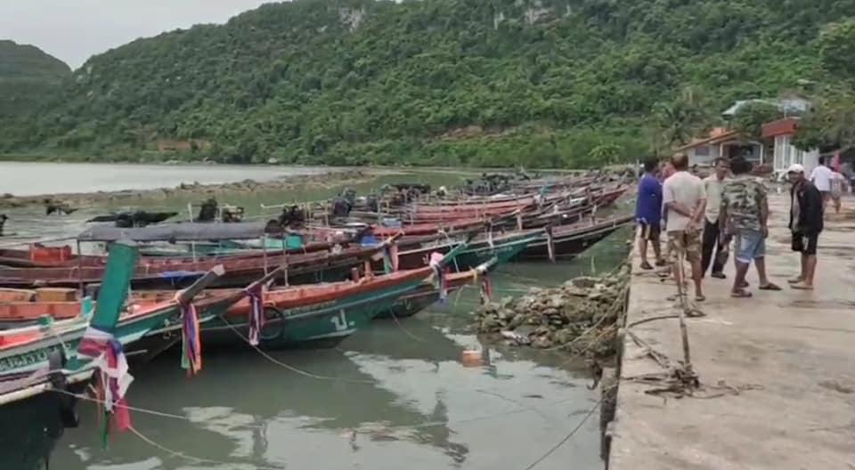 เหตุด่วนเรือนำเที่ยวชมปลาโลมาสีชมพู อ.ขนอมล่มกลางทะเล เสียชีวิต 1 ราย