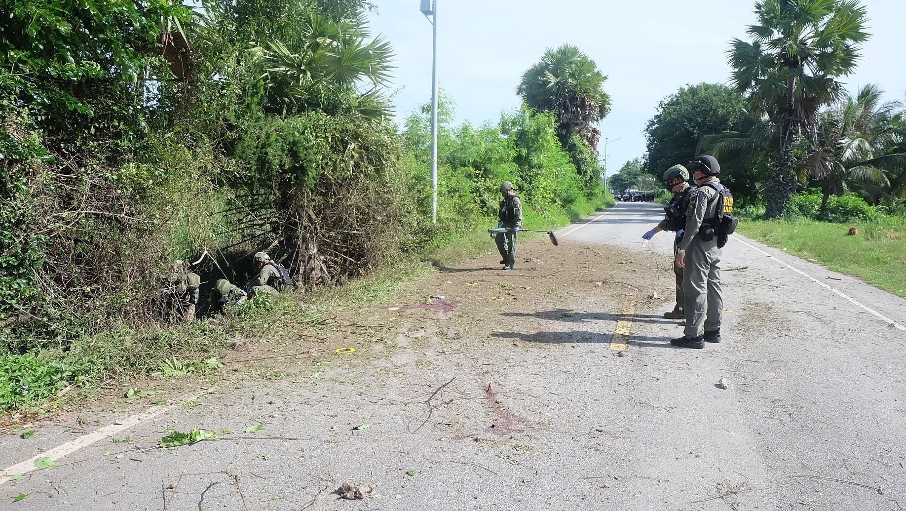 แม่ทัพภาคที่ 4 สั่งไล่ล่าคนร้าย หลังลอบวางระเบิดชุดคุ้มครองครูในพื้นที่ปัตตานี และนราธิวาส