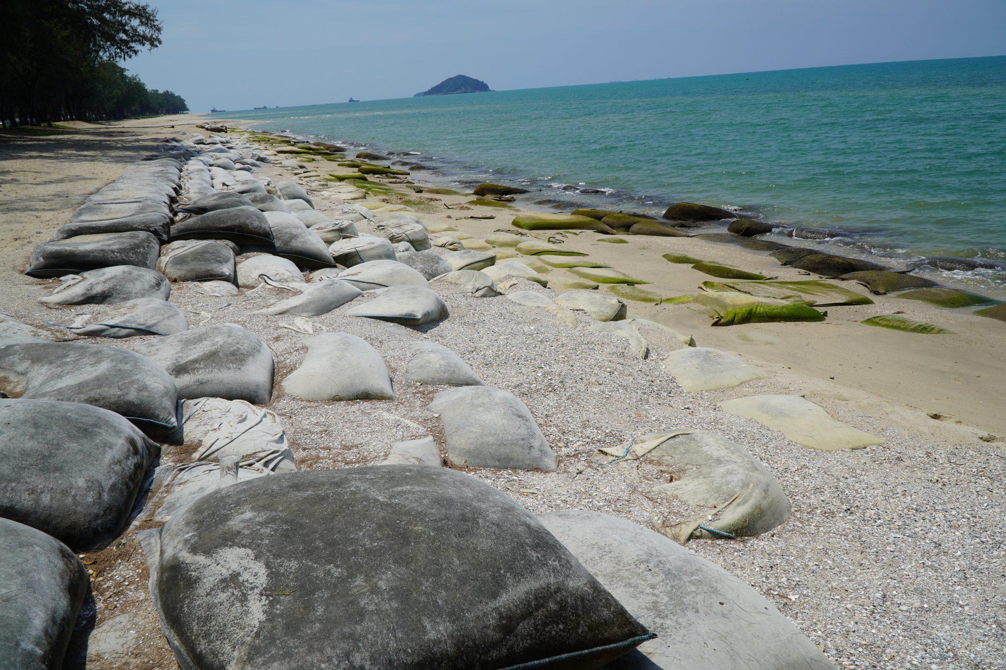 ในพื้นที่ระบบหาดแหลมตะลุมพุก-แหลมสมิหลา ระบบหาดหาดชลาทัศน์ และระบบหาดสะกอม โดยแนวชายฝั่งเป็นหาดทราย พื้นที่ชายฝั่งทะเล บริเวณหาดชลาทัศน์ (หลัง มทร.ศรีวิชัย) ต.บ่อยาง ประสบปัญหากัดเซาะชายฝั่ง ระยะทางประมาณ ๔๕๐ เมตร และพื้นที่ ม.๗ ต.เขารูปช้าง ประสบปัญหากัดเซาะชายฝั่ง ระยะทางประมาณ ๒๐๐ ม. และพบว่าแนวชายฝั่งทะเล อ.เมือง จ.สงขลา มีโครงสร้างป้องการกัดเซาะชายฝั่ง ทั้ง กล่องกระชุหิน กำแพงกันคลื่นแบบตั้งตรง เขื่อนหินทิ้งริมชายฝั่ง เขื่อนหินทิ้งนอกชายฝั่ง รอดักทรายรูปตัวไอและบางจุดมีถุงใยสังเคราะห์บรรจุทราย สำหรับบริเวณหาดชลาทัศน์ มีโครงการแก้ไขปัญหากัดเซาะชายฝั่งโดยวิธีการถ่ายเททราย ระยะทางประมาณ ๓,๔๓๐ ม. ส่วนชายฝั่งบริเวณอื่นๆ คงสภาพสมดุลตามธรรมชาติ