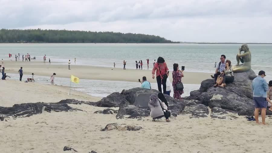 บรรยากาศวันฮารีรายอ จ.สงขลา คึกคักมีนักท่องเที่ยวทั้งชาวไทย-มุสลิมเดินทางมาท่องเที่ยวกันเป็นจำนวนมาก