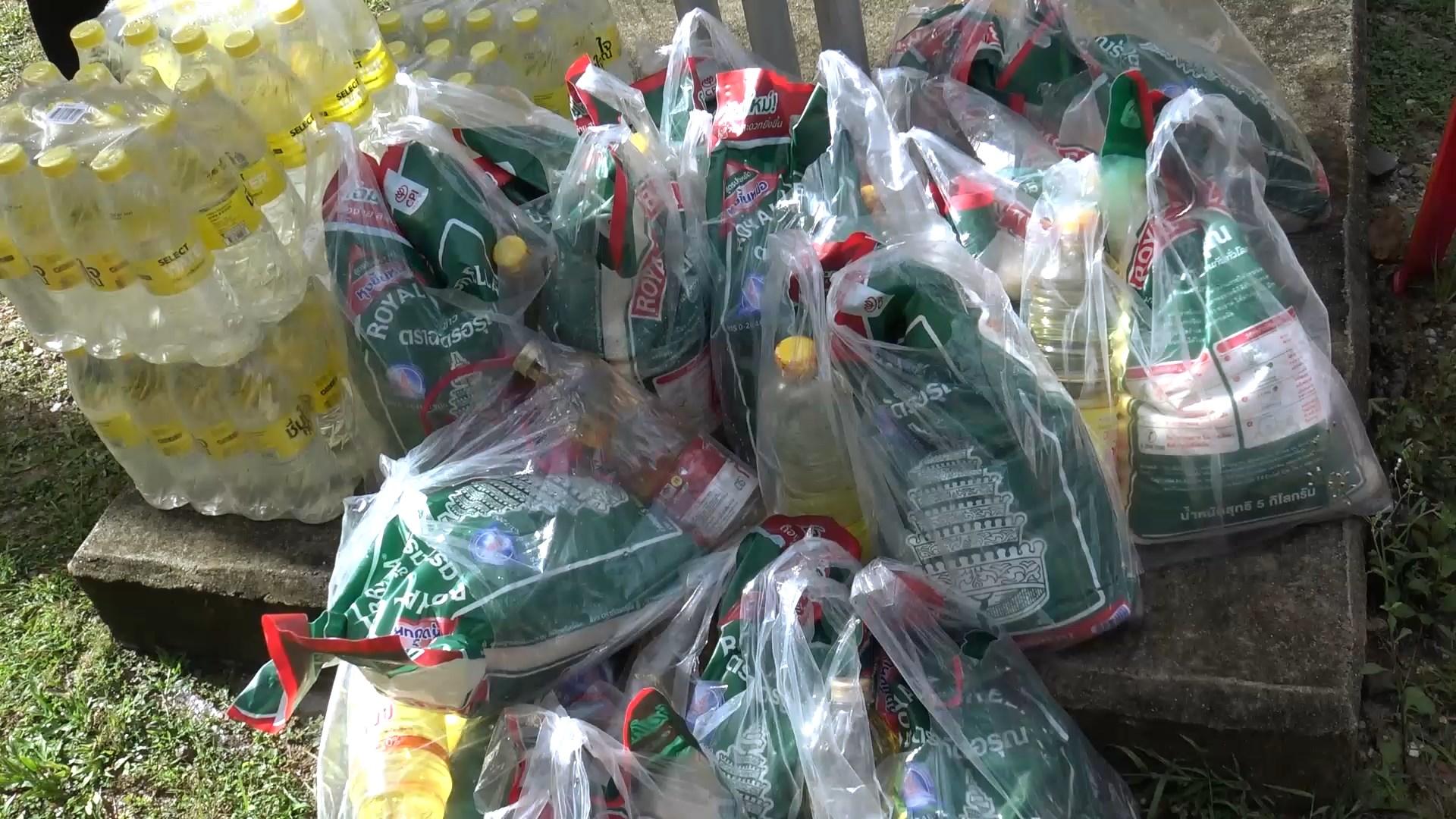 รองผู้ว่าฯ ส่งกำลังใจและมอบข้าวสารอาหารแห้งแก่ชุดคุ้มครองทหาร 3 ตำบลของจะนะ
