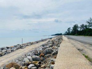 โครงการก่อสร้างเขื่อนป้องกันตลิ่ง 4 จุดริมทะเลสงขลา คาบหน้าไปแล้วกว่า 70 เปอร์เซนต์