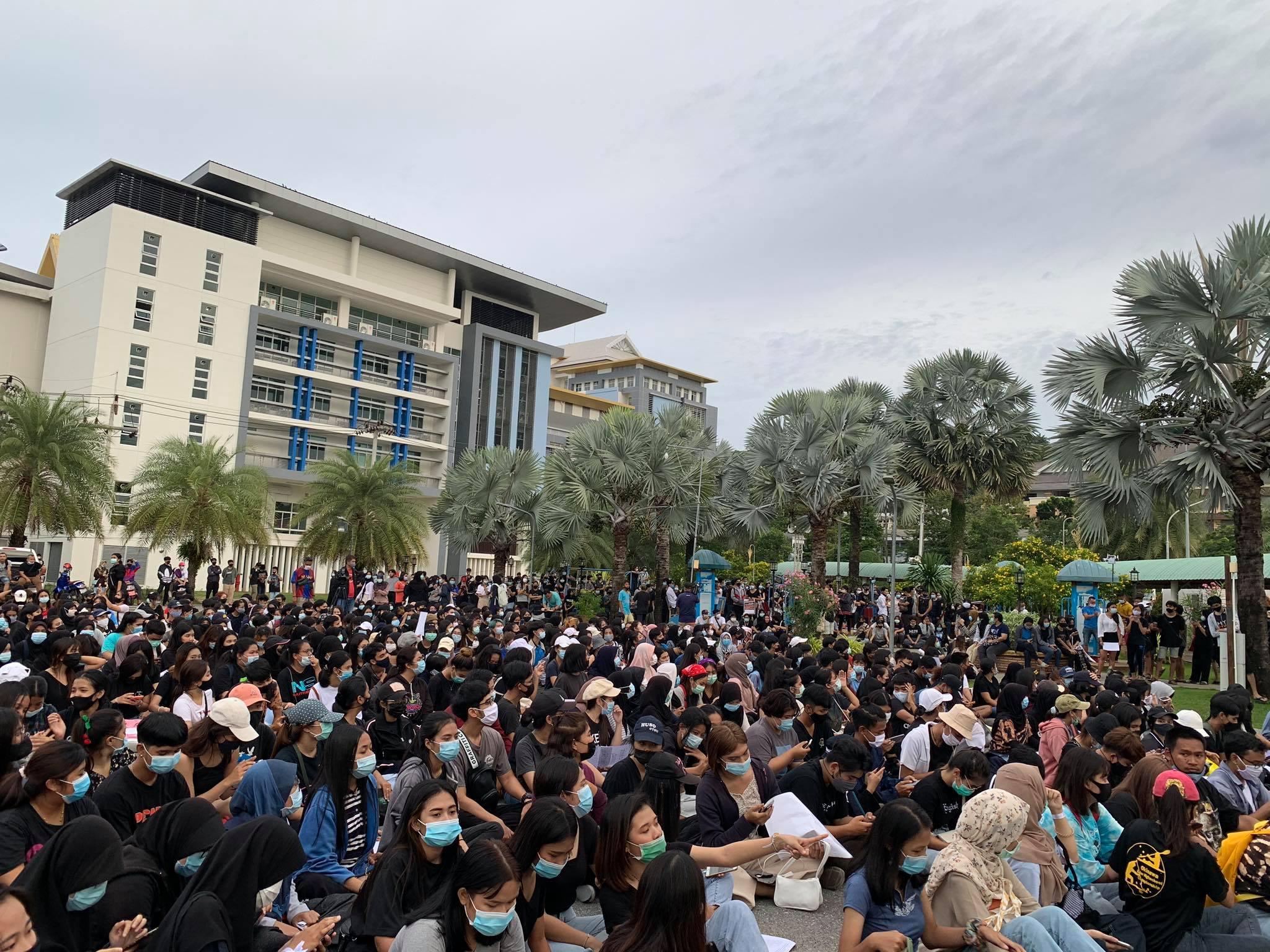 มาตามนัดกลุ่มผู้ชุมนุมกว่า 500 คน ร่วมแสดงจุดยืน ณ ม.ทักษิณ สงขลา ส่งกำลังใจถึงกทม.