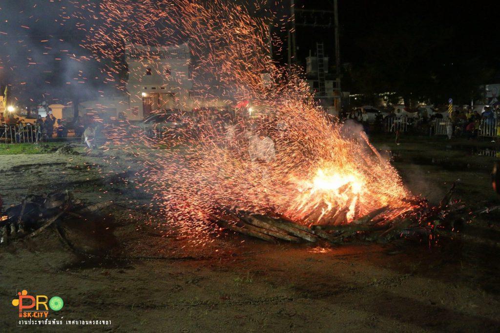 ตื่นตาตื่นใจนักท่องเที่ยว-ปชช.สงขลา กับบรรยากาศพิธีโก้ยโห้ยหรือลุยไฟเทศกาลกินเจประจำปี 63