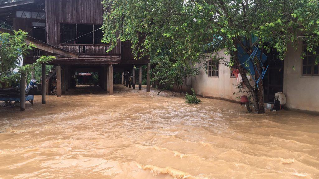 สะเดา-สงขลา ชาวบ้านกว่า 400 ครัวเรือนเดือดร้อนน้ำป่าจากเทือกเขาน้ำค้างได้ไหลบ่าเข้าท่วมบ้านเรือน
