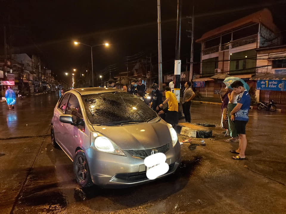 ยับเยิน เกิดอุบัติเหตุรถยนต์เก๋งชนเกาะกลางถนน แยกธนาคารทหารไทย(สงขลา)