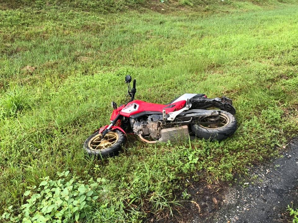 ลื่นลงข้างทาง ! รถจักรยานยนต์ ประสบเหตุล้มเองเจ็บ 2 ราย กู้ภัยอบต. เกาะสะบ้า เร่งนำส่งรพ.เทพา
