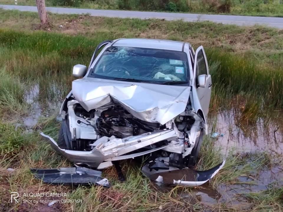 พังทั้งคัน ! อุบัติเหตุรถกระบะชนท้ายรถพ่วงเสียหลักลงร่องกลางถนน เจ็บ 2 ราย