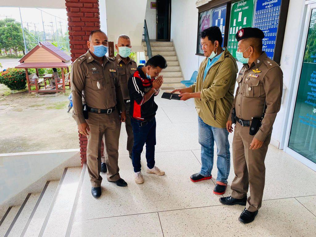 พลเมืองดีมอบกระเป๋าเงินที่สูญหายให้เจ้าของหลังจากเก็บได้บนถนนและมามอบที่สภ.สิงหนคร