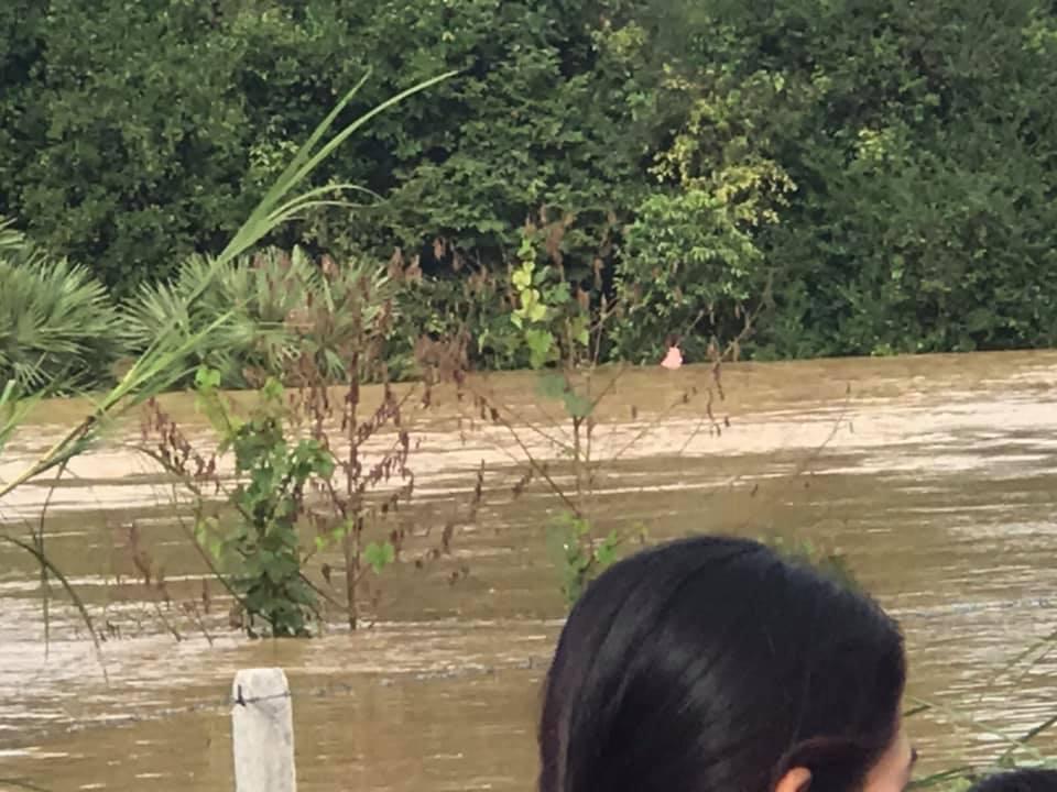 เตือนแล้ว ! สองแม่ลูกขับรถฝ่าทางน้ำท่วมจมทั้งคู่ พลเมืองดีช่วยแม่ได้ จนท.เร่งหาตัวลูกชายคาดน้ำพัดสูญหาย