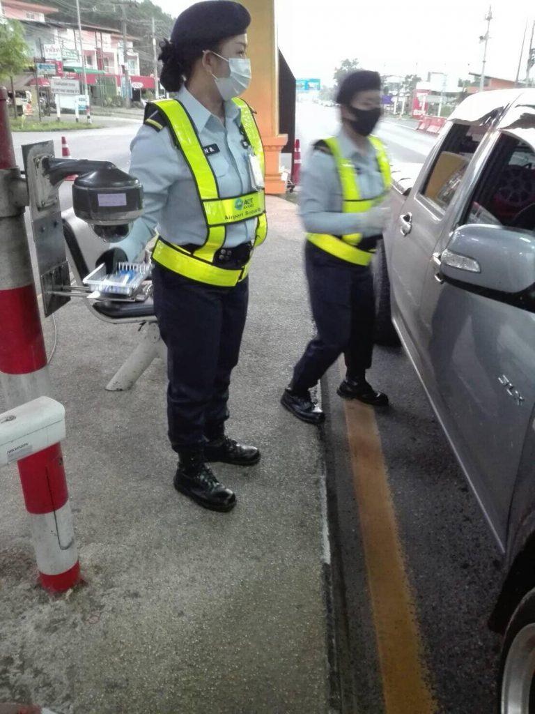 ท่าอากาศยานหาดใหญ่ เพิ่มมาตรการป้องกันการแพร่ระบาดของโรคโควิด-19โดยมีการติดตั้งอุปกรณ์วางบัตรจากผู้ขับขี่รถยนต์