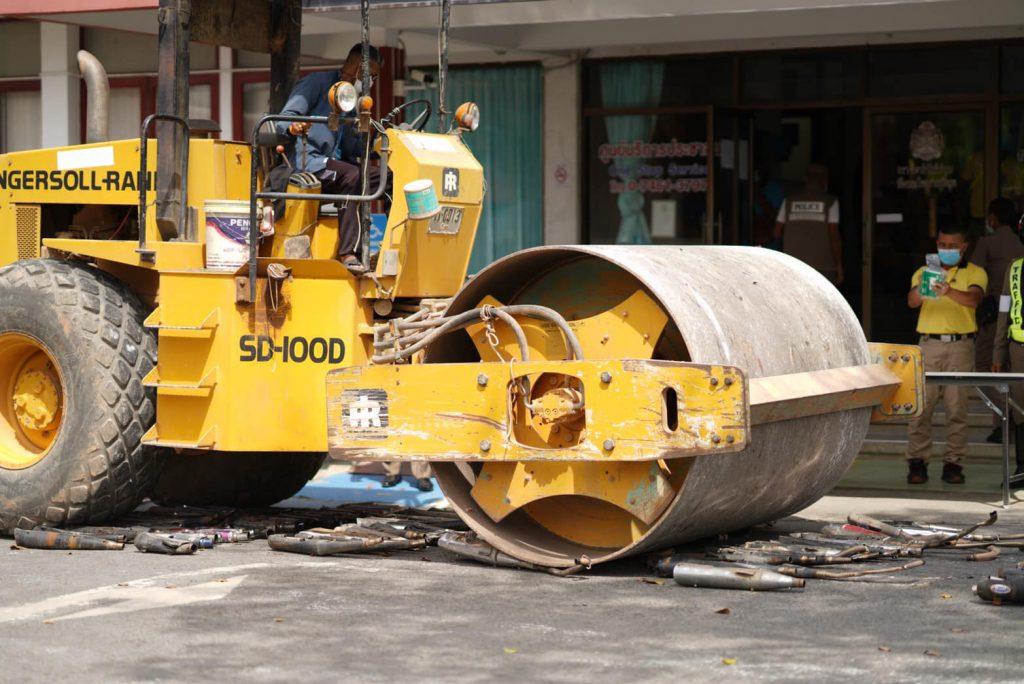 ตำรวจพัทลุงเอาจริง! ทำลายท่อไอเสียทิ้ง 280 ท่อยึดการแข่งรถจักรยานยนต์ผิดกฎหมาย