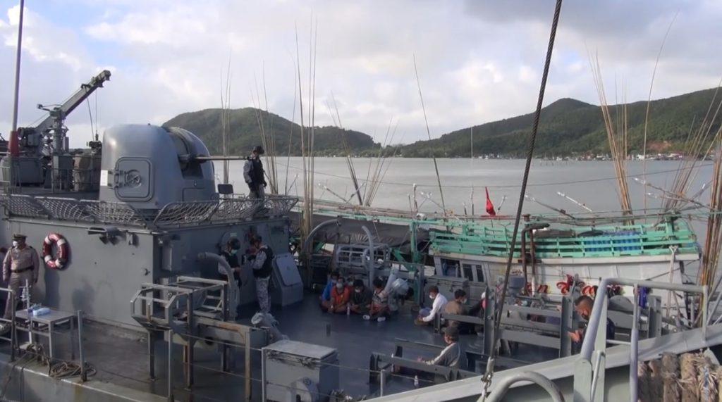 จังหวัดสงขลา บุกจับกุมเรือประมงเวียดนามเข้ามาทำการประมงผิดกฎหมายในน่านน้ำไทย 2 ลำ ลูกเรือกว่า 24 คน