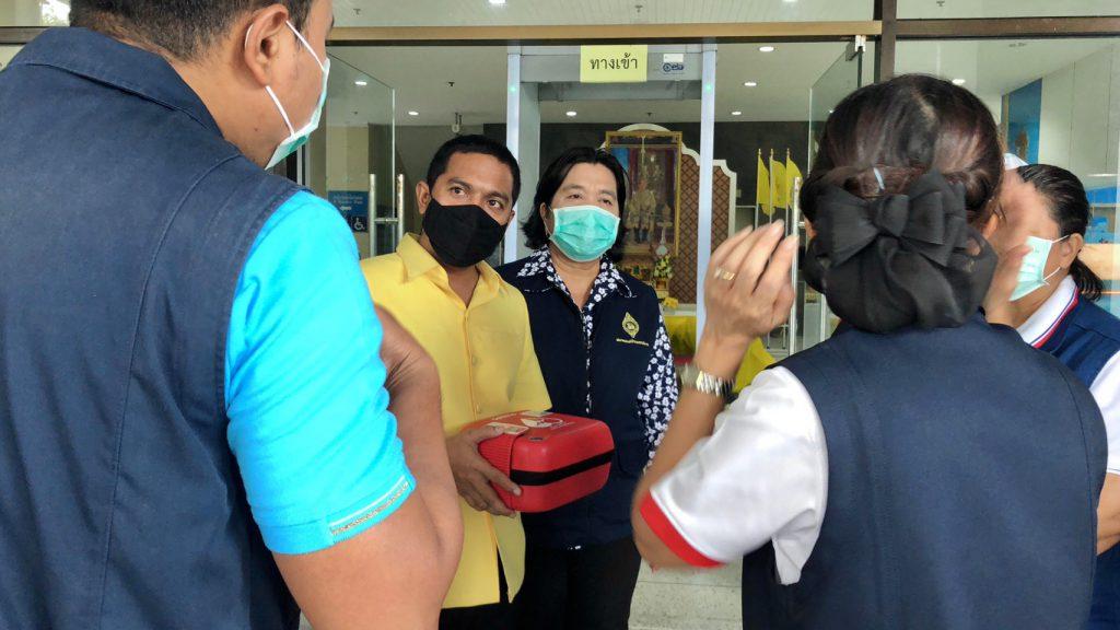 กาชาดสงขลาพร้อมศูนย์ดำรงธรรมจัดทีมร่วมติดตั้งรับเครื่อง AED รองรับเหตุฉุกเฉิน ให้กับผู้ป่วย
