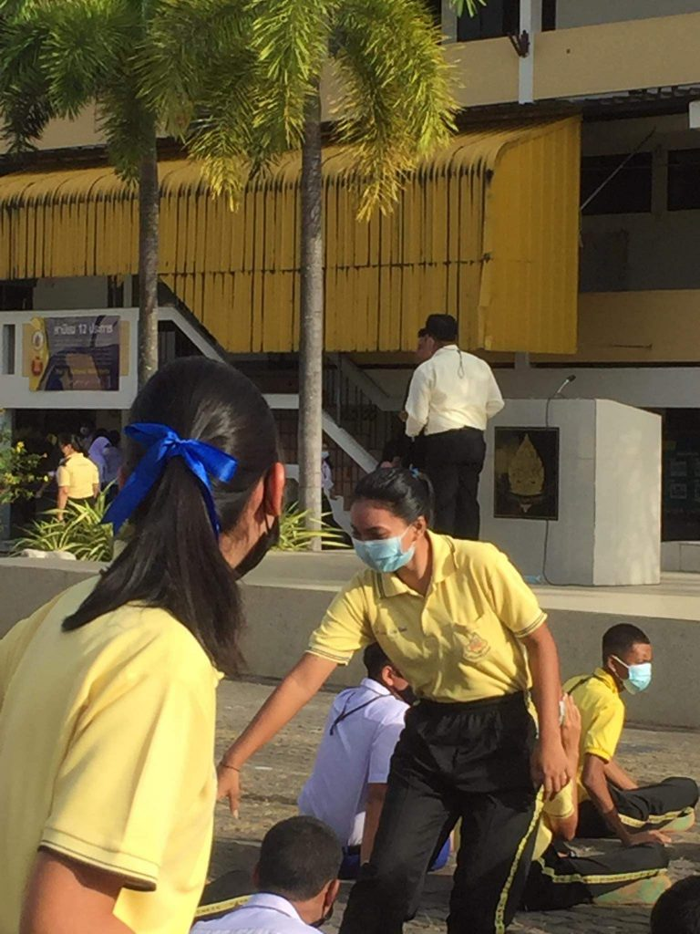ผ.อ.โรงเรียนมัธยมเทพาเกิดอาการเครียด ถึงขั้นชักปืนโชว์ต่อหน้านักเรียนขณะเข้าแถวหน้าเสาธง